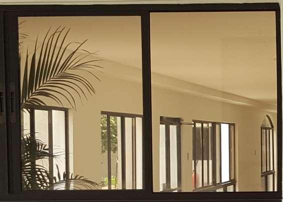 Ventanas corredizas con vidrio color bronce