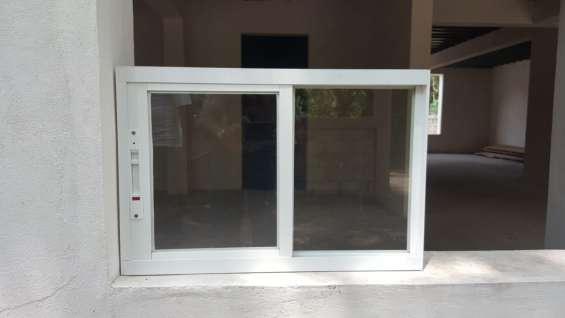 Ventanas corredizas con vidrio claro y aluminio color blanco